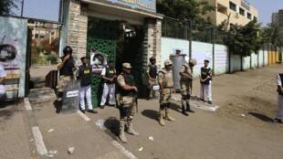 Des policiers et soldats devant un bureau de vote au Caire, ce mardi 27 mai 2014.