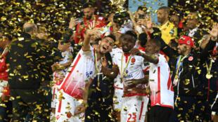 Wachezaji wa Wydad wakishangilia baada ya kuwa mabingwa wa kombe la Super Cup mwaka 2018.