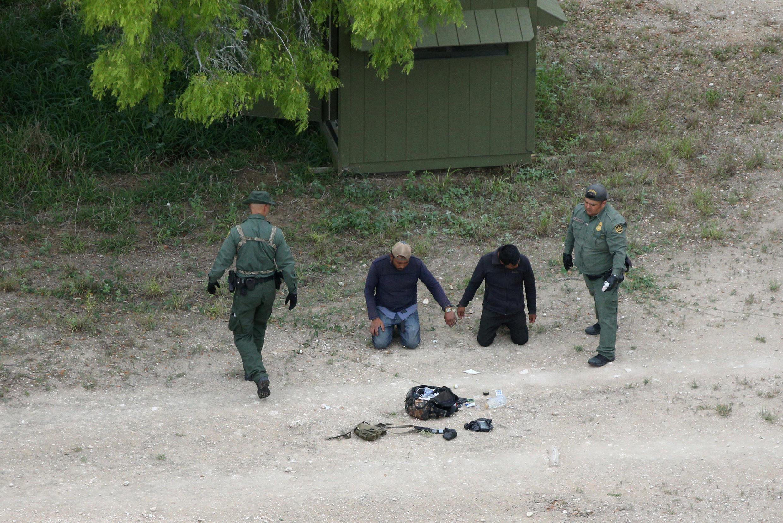 Biên phòng Mỹ bắt giữ người nhập cư trái phép, tại thung lũng Rio Grande, gần Falfurrias, Texas, Hoa Kỳ, ngày 04/04/2018