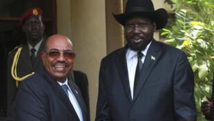 South Sudan's President Salva Kiir (R) welcomes his Sudan counterpart Omar al-Bashir outside his Presidential office in Juba, 12 April, 2013