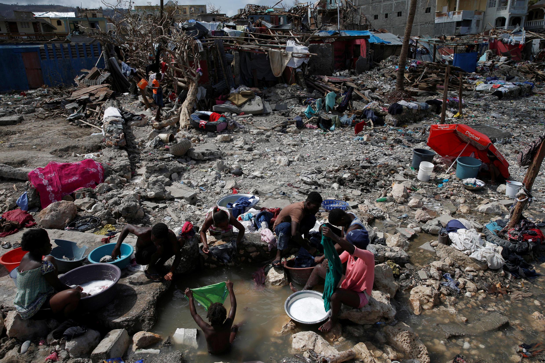 Em Jérémie, cidade no sul do Haiti, moradores lavam suas roupas em poças d'água.