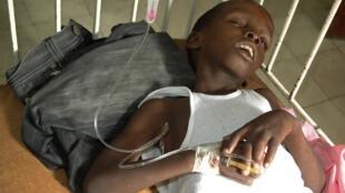 Một bệnh nhân bị tả đang chờ được chữa trị tại một bệnh viện ở khu vực Marchand Dessaline, ngày 22/10/2010