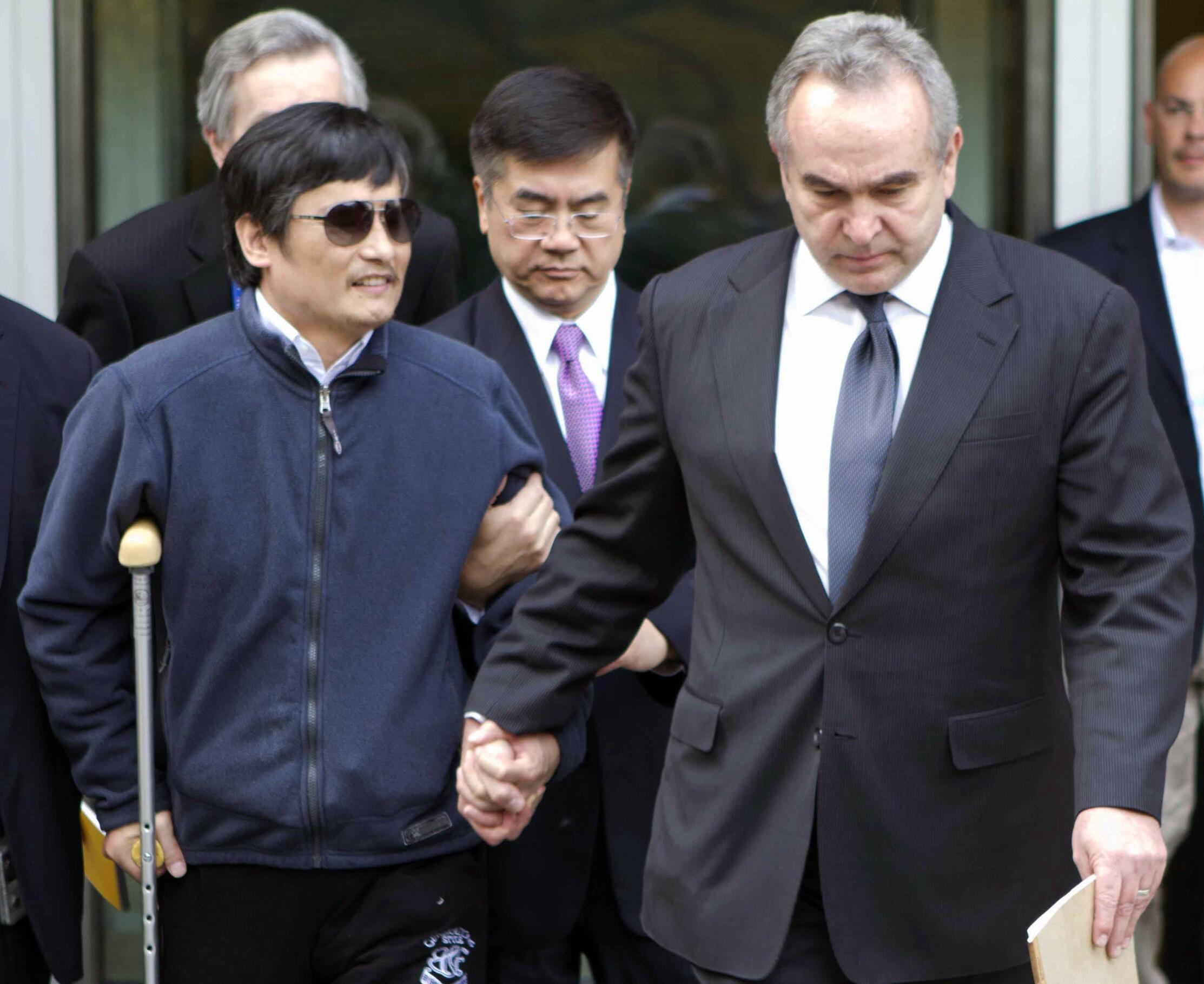 Mwanaharakati wa Haki za Binadamu nchini China Chen Guangcheng akiwa na Ofisa wa Marekani Kurt Campbell