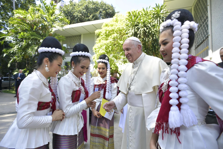 Papa desembarca em Bangcoc, primeira etapa da viagem que também inclui o Japão.