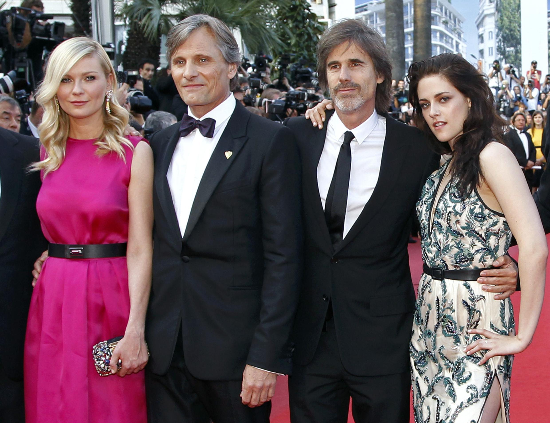 Walter Salles (đeo cà-vạt) cùng các diễn viên Kristen Stewart (phải) Kirsten Dunst (trái) và Viggo Mortensen