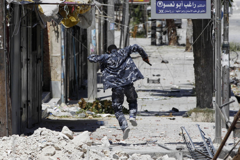 Một chiến binh phe nổi dậy tại phố Seif El Dawla, Alep 24/08/2012 (REUTERS)