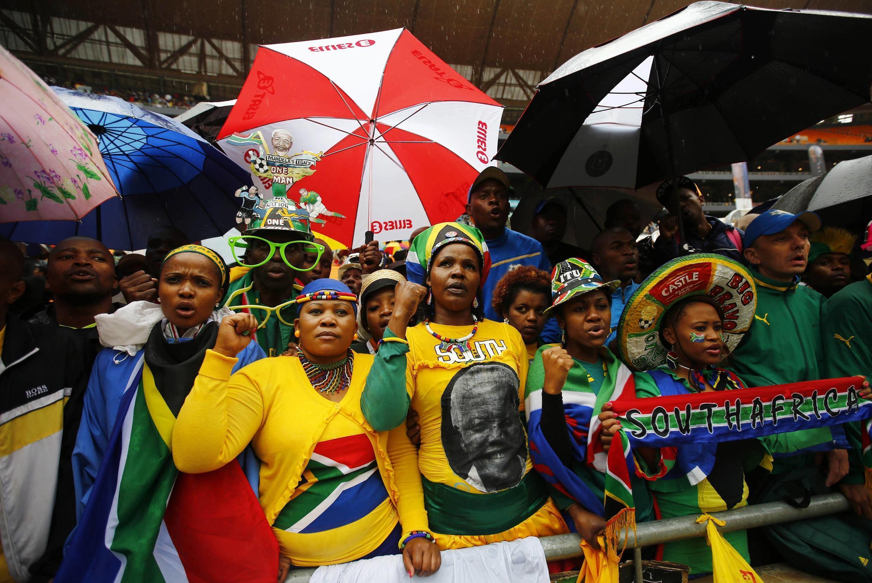 Sul-africano homenageiam Nelson Mandela