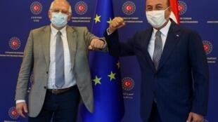 Le chef de la diplomatie européenne Josep Borrell (g) et le ministre turc des Affaires étrangères, Mevlüt Cavusoglu, à Ankara, le 6 juillet.