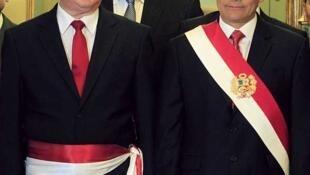 El presidente Ollanta Humala (Der.) junto al flamante Primer Ministro, Oscar Valdés, durante la posesión de los nuevos ministros, el 11 de diciembre en el palacio de Gobierno, Lima, Perú.