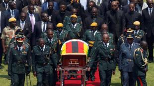 Wanajeshi wakiwa wamebeba mwili wa rais wa zamani wa Zimbabwe Robert Mugabe