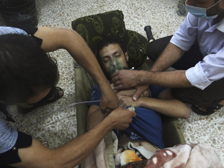 Cứu hộ cấp cứu một nạn nhân bị ngạt khí gaz, dường như do chế độ Damas tiến hành, ngày 21/08/2013.