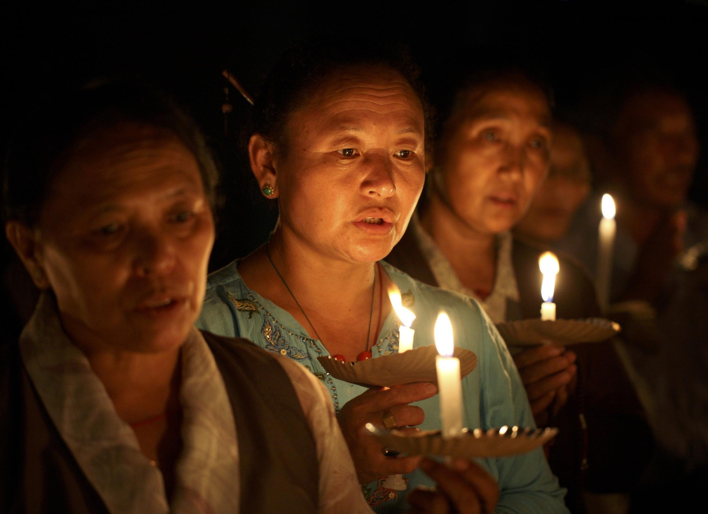 Người Tây Tạng tại Nepal thắp nến ngày 11/10/2011 tưởng niệm những người tự thiêu.
