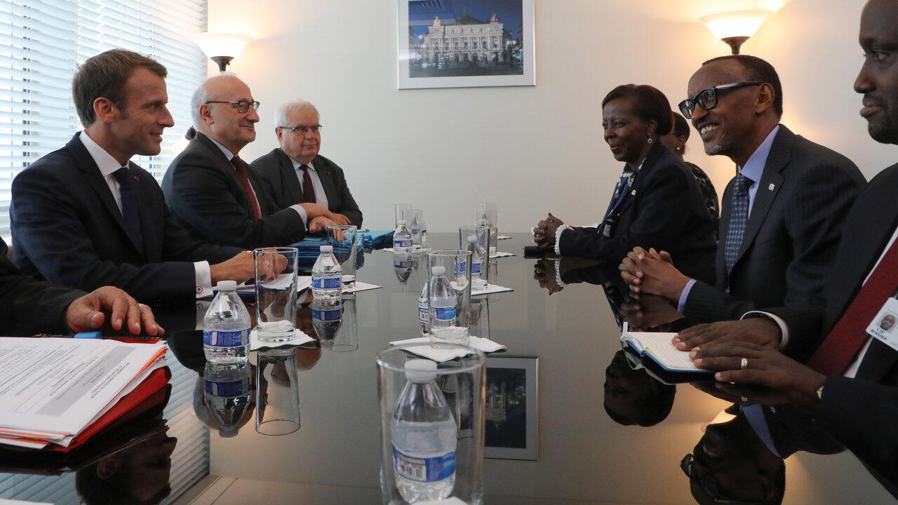 Le président français Emmanuel Macron, en compagnie de son homologue rwandais Paul Kagame, le 25 septembre 2018 à New York. A droite du chef de l'Etat du Rwanda, sa ministre des Affaires étrangères Louise Mushikiwabo.