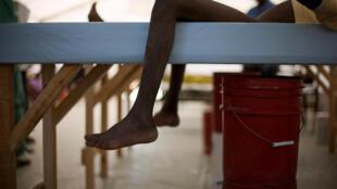 Un enfant se repose dans une tente de MSF équipée de lits spéciaux pour soigner les patients atteints de choléra. (Photo d'illustration)