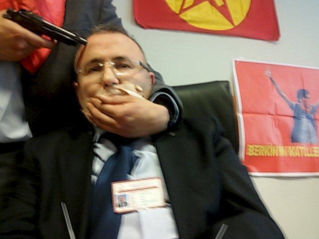 O procurador turco Mehmet Selim Kiraz, que foi feito refém por homens armados em um tribunal de Istambul, não resistiu aos ferimentos e morreu no hospital.