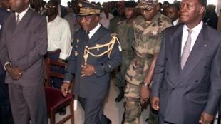 De gauche à droite le 19 avril 2000 : Laurent Gbagbo, président du FPI, le chef de la junte le général Robert Gueï et le président du RDR, Alassane Ouattara, se sont rencontrés à propos de la nouvelle Constitution.