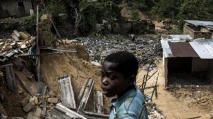 Les vestiges d'un glissement de terrain dans le district de Ngaliema le 5 janvier 2018 à Kinshasa. 37 personnes sont mortes pendant la nuit quand des pluies torrentielles et des coulées de boue ont balayé les bidonvilles de Kinshasa.