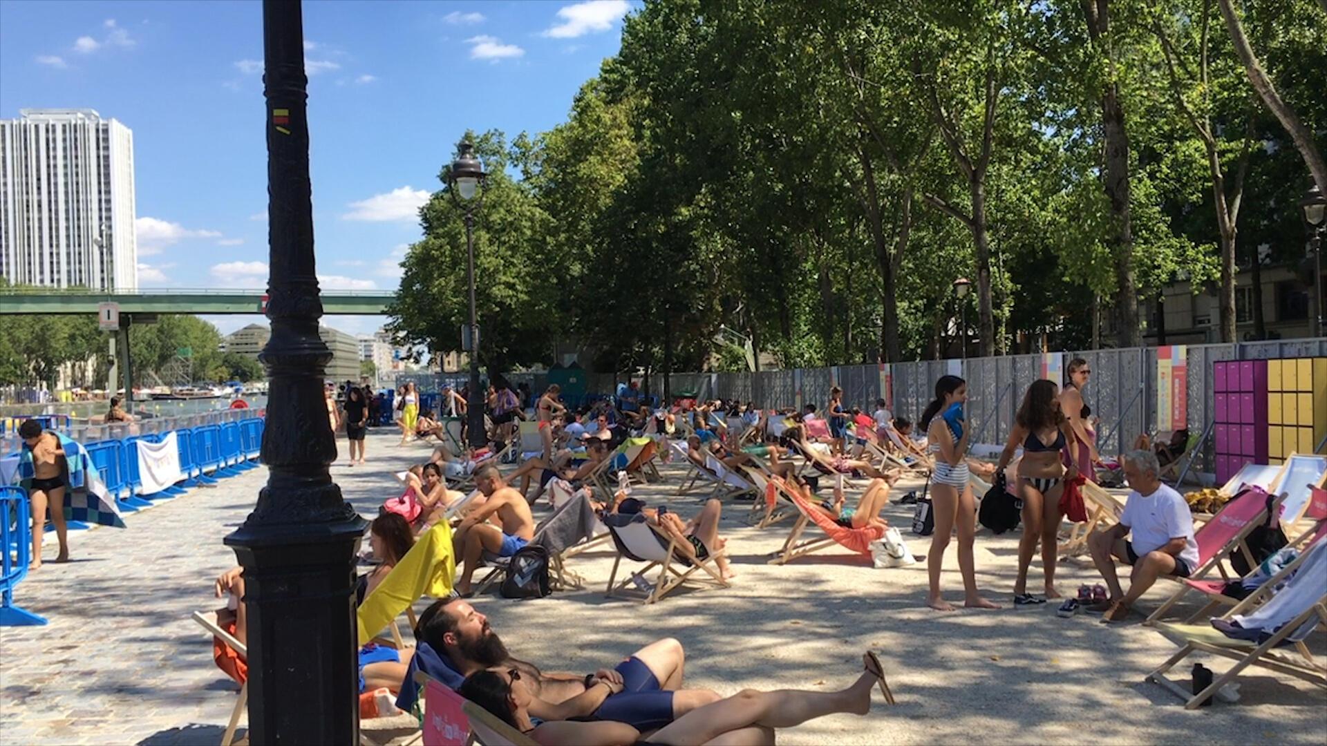 夏天,巴黎北部維萊特水池(Bassin de la Villette)邊,舉辦的巴黎沙灘中,市民悠閑地在躺椅上休息。