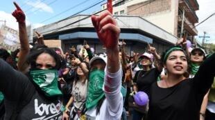 Des femmes dans les rues de Tegucigalpa pour la journée internationale de la femme