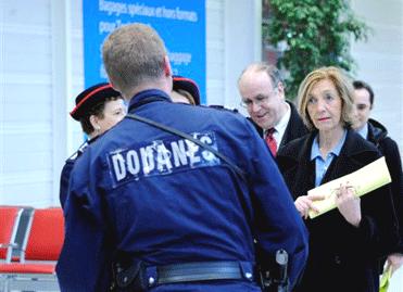 Сотрудники таможни Франции и министр внешней торговли Николь Брик в аэропорту Орли 31/12//2012