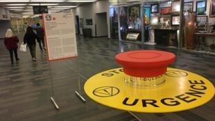 Le bouton d'arrêt d'urgence des Nivaux, au sous-sol du Palais des Congrès de Montréal.
