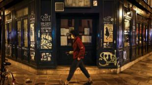 Bares fechados em Paris. A França instaurou um toque de recolher desde 17 de outubro, entre 21h à 6h para diminuir a propagação do coronavírus.