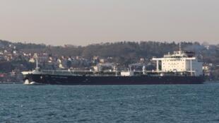 Na foto petroleiro British Heritage, en março de 2019 no golfo, enquanto é apresado novo petroleiro Stena Impero.