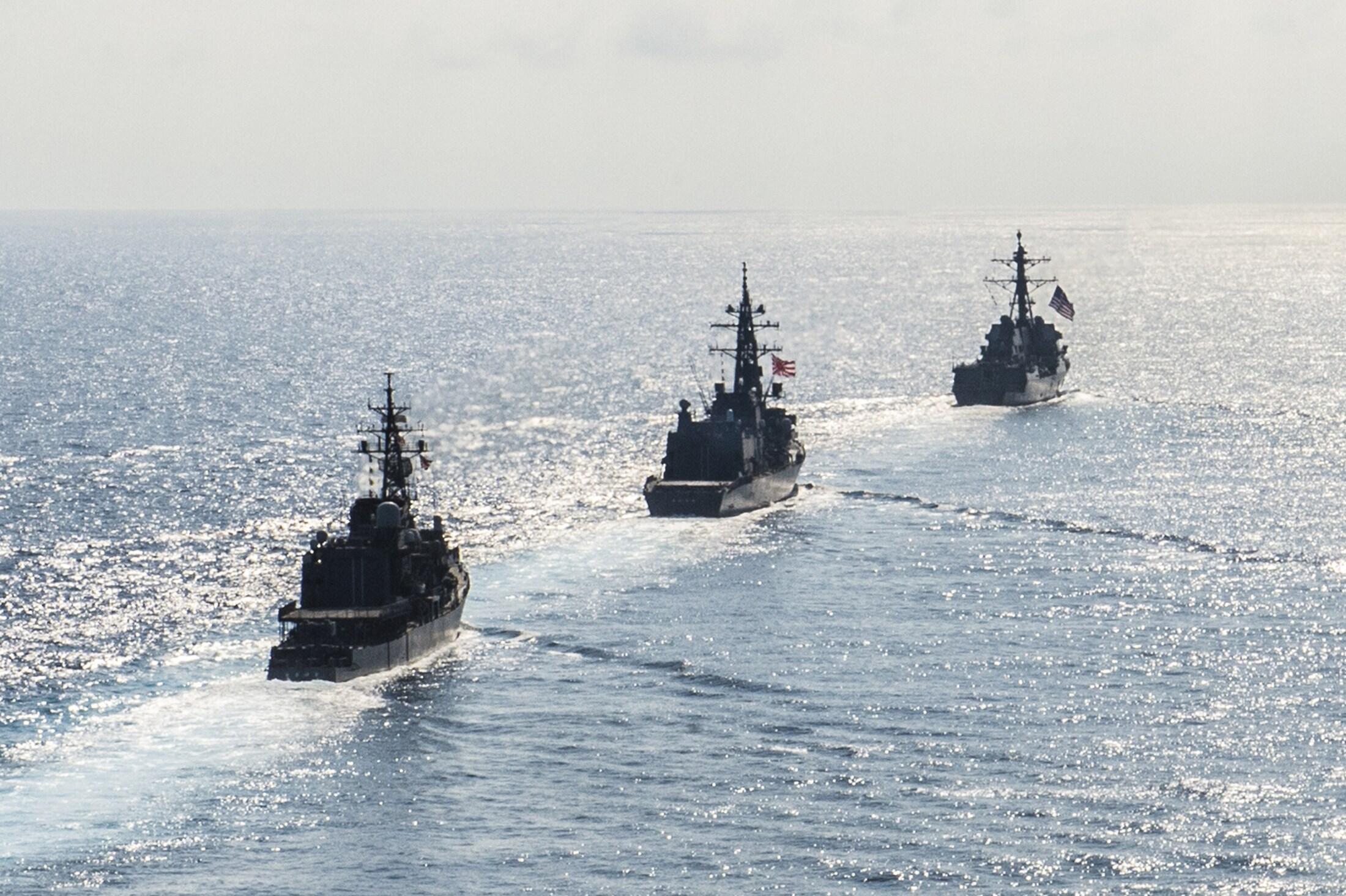 Tàu khu trục Mỹ USS Mustin (DDG 89) cùng tàu Nhật Bản JS Kirisame (DD 104) và JS Asayuki (DD 132) trong cuộc thao diễn ở Biển Đông 21/04/2015.