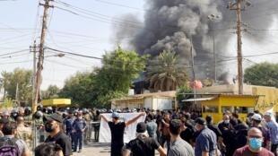 Des partisans du Hachd al-Chaabi, une coalition de paramilitaires pro-Iran, ont mis le feu au siège du Parti démocratique du Kurdistan, samedi 17 octobre 2020.