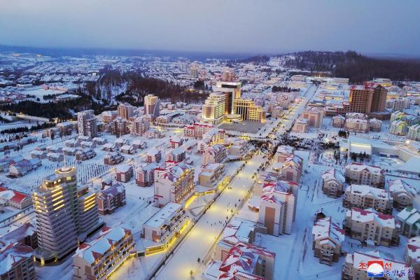 Вид «идеального» города Самджиён, открытого Ким Чен Ыном
