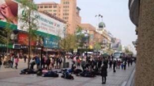 北京王府井大街今天30多名来自黑龙江访民集体喝农药倒地抗议