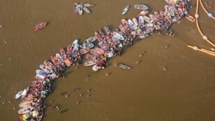 Les fidèles se baignent à Sangam, au confluent du Gange, des rivières Yamuna et Saraswati, lors du pélerinage de la Khumb Mela à Allahabad.
