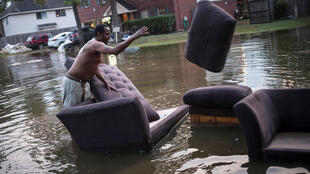 Un habitant de Houston; au Texas, ville également touchée par l'ouragan Harvey, déplace son canapé dans un des quartiers de Houston touchés par l'ouragan Harvey, le 3 septembre 2017.