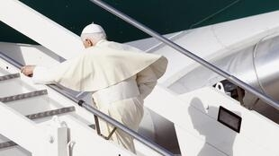 Папа Римский Бенедикт XVI поднимается на борт самолета в аэропорту Рима 23/03/2012