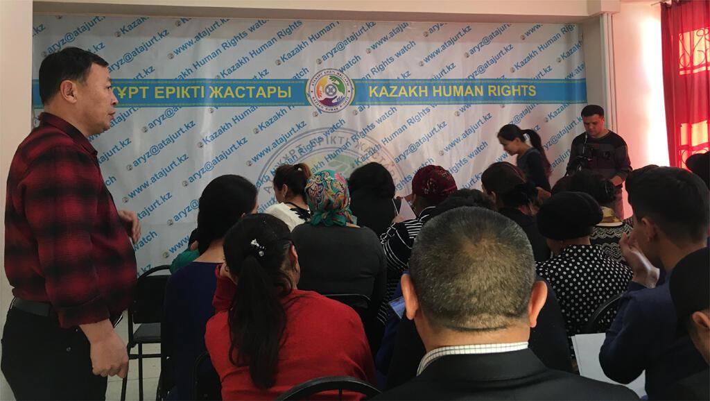 Des dizaines de proches de disparus dans les camps de rééducation en Chine viennent chaque jour raconter leur histoire aux bénévoles de l'association «Atazhurt» (la «mère patrie» en Kazakh) à Almaty.