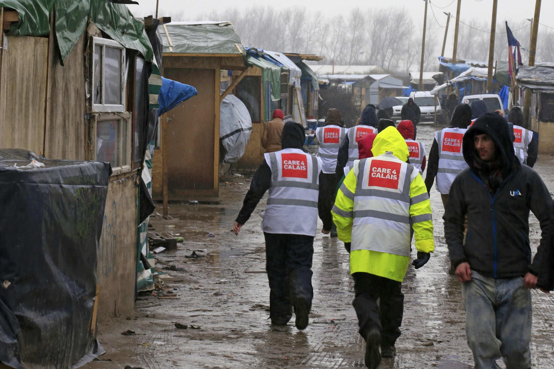 """Волонтёры оказывают помощь беженцам в """"джунглях"""" в Кале. 22 февраля 2016"""