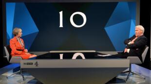 La Première ministre Theresa May face au journaliste Jonathan Paxton le 29 mai 2017.