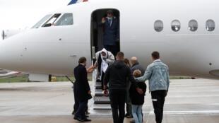 L'ex-otage française Sophie Pétronin descend de son avion en provenance de Bamako après sa libération, à l'aéroport de Villacoublay, le 9 octobre 2020.