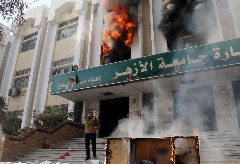 Một toà nhà của trường đại học al-Azhar bị đốt phá - AFP / K. KAMEL