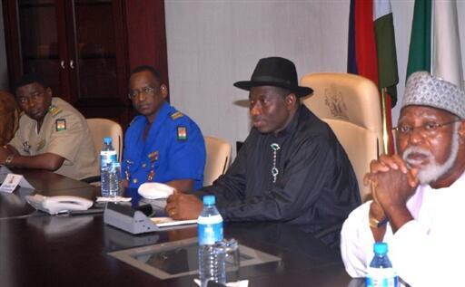 Le chef de la délégation nigériane, le colonel Hassane Mossi (g), le vice-président nigérian et actuel président par interim, Goodluck Jonathan (c) et le général nigérian, Abdulsalami Abubakar (d), à Abuja, le 25 février 2010.