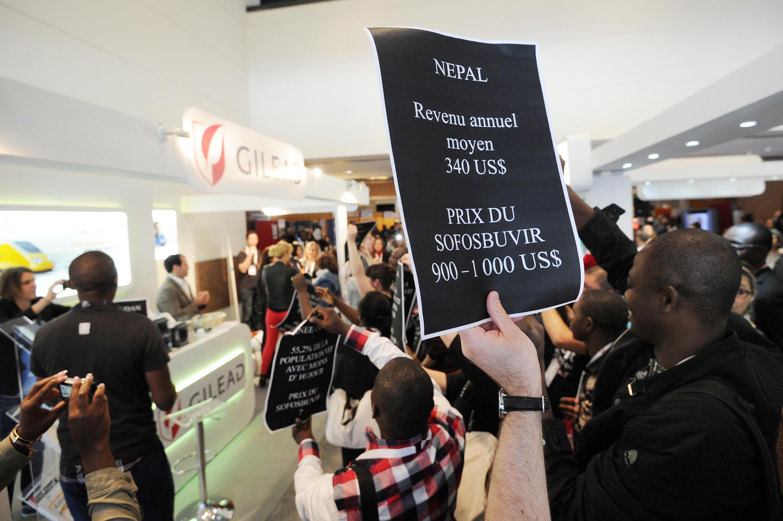 Manifestantes franceses protestam contra o preço alto do Sofosbuvir, medicamento que combate a Hepatite C.