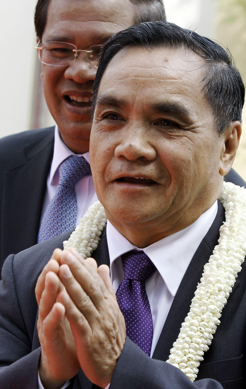 Thủ tướng Lào Thongsing Thammavong (phải), trong chuyến công du Phnom Penh 7/3/2011.