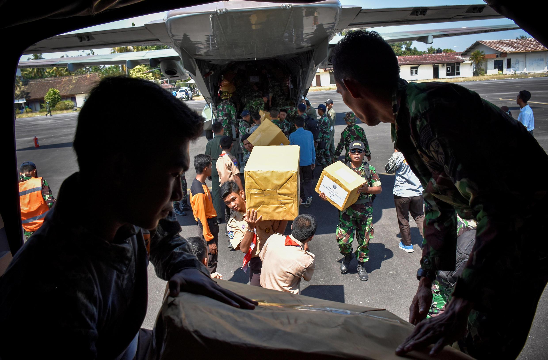 L'armée indonésienne ravitaille les zones sinistrées sur l'île de Lombok à partir de la base de Mataram, le 9 août 2018.