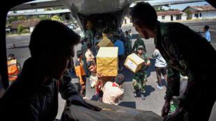 Индонезийская армия разгружает самолет с гуманитарной помощью на острове Ламбок. 9 августа 2018 г.