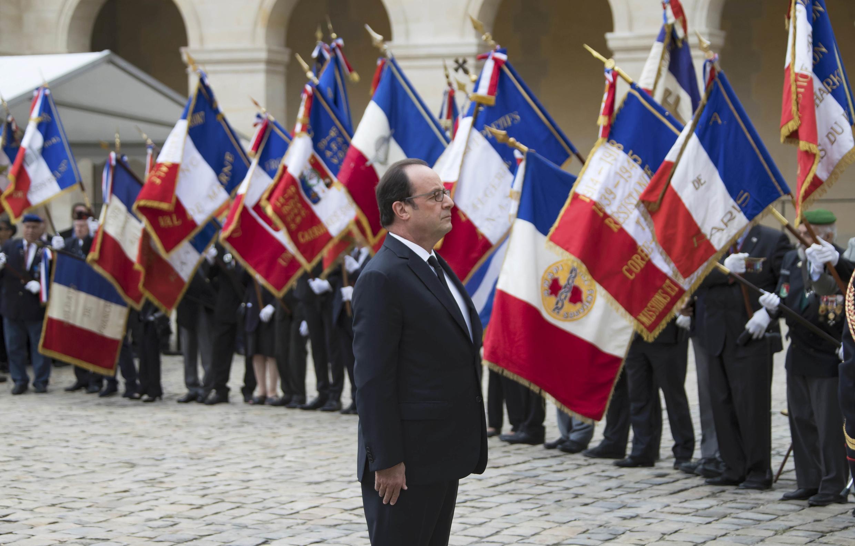 """O Presidente François Hollande durante a cerimónia  de homenagem aos harkis, no pátio de honra do monumento  """"Invalides"""" em Paris. 25 de Setembro  de 2016"""