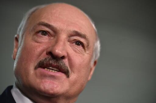 El presidente Alexander Lukashenko habla con la prensa al acudir a votar en las elecciones legislativas bielorrusas, el 17 de noviembre de 2019 en Minsk