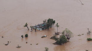 Muitos moradores ainda estão isolados esperando ajuda após passagem do ciclone em Moçambique.