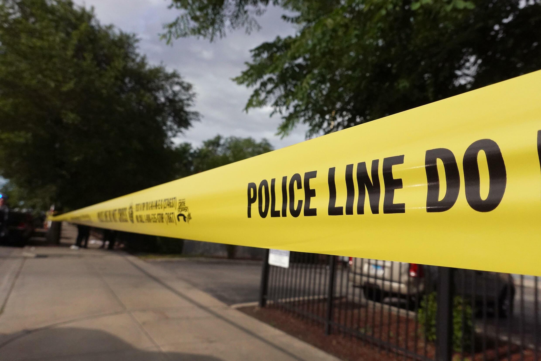 Policía precinta el lugar donde ocurrió un crimen en un vecindario de Chicago