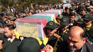 Des soldats iraniens portent les corps de volontaires morts en Syrie (février 2016) à Téhéran.
