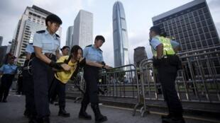 一名示威香港人被警察带走 2014 6 14